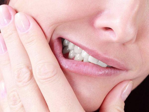 Không có thói quen nghiến răng, dùng răng làm công cụ