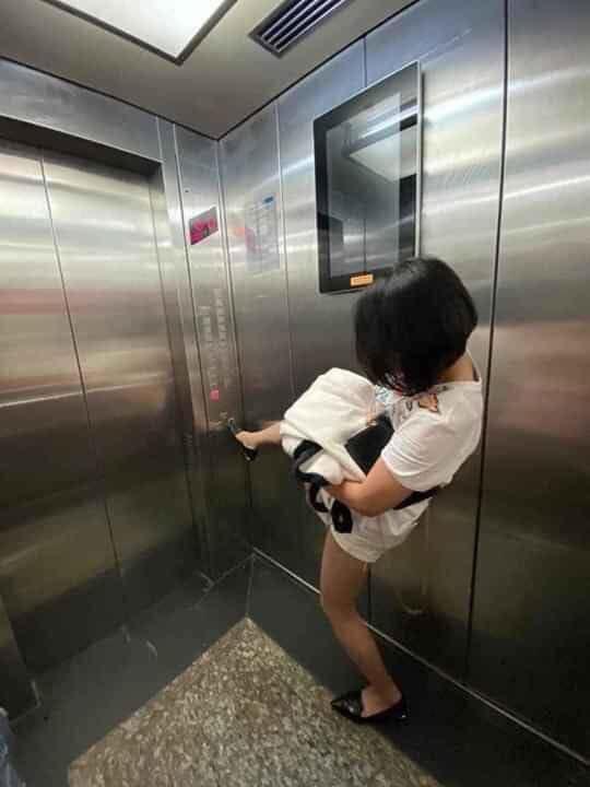 Style bấm thang máy ko dùng tay