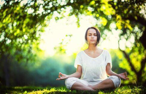 Khi ngồi thiền, tâm trí bạn sẽ trở nên thanh tịnh, bạn sẽ tập trung vào hơi thở và thư giãn.