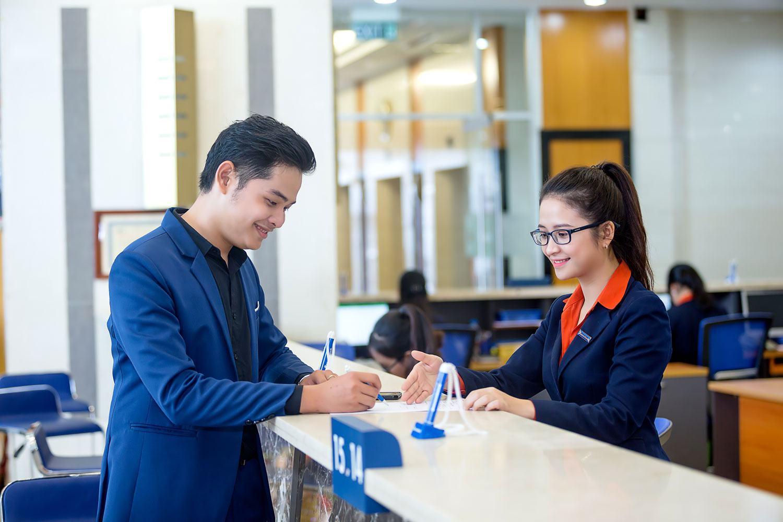 Nên ứng tuyển vị trí Giao dịch viên hay vị trí Chuyên viên quan hệ khách hàng?