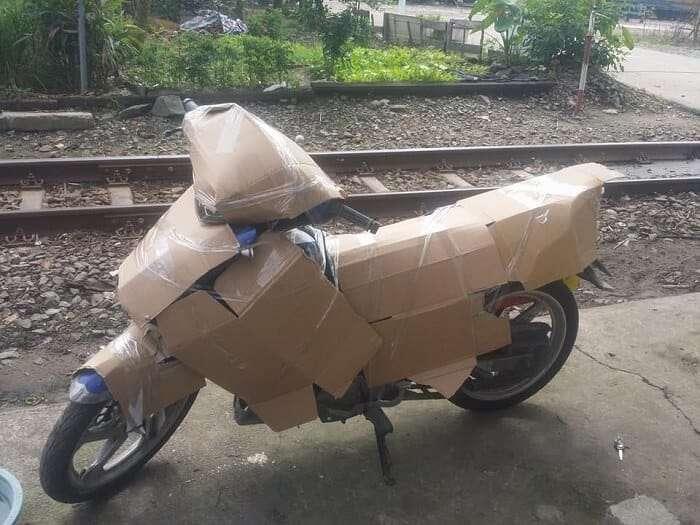 Cách vận chuyển xe máy từ Nam ra Bắc bằng bìa carton bao phủ toàn bộ thân xe, yên xe đảm bảo không hư hại.